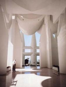 Interior Kuwait Assembly, dengan kolom raksasa dan kanopi kanvas.