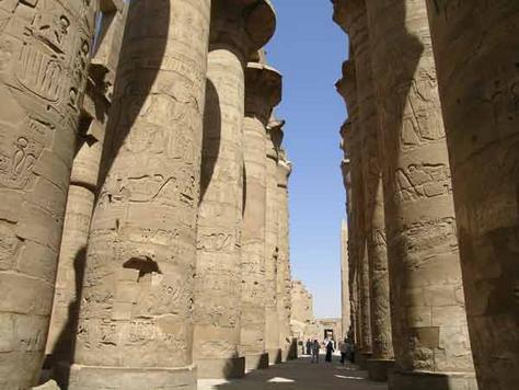 Kemegahan Hypostyle Hall, Karnak yang dibangun masa Thutmosis III ( 1479-1425 SM ).