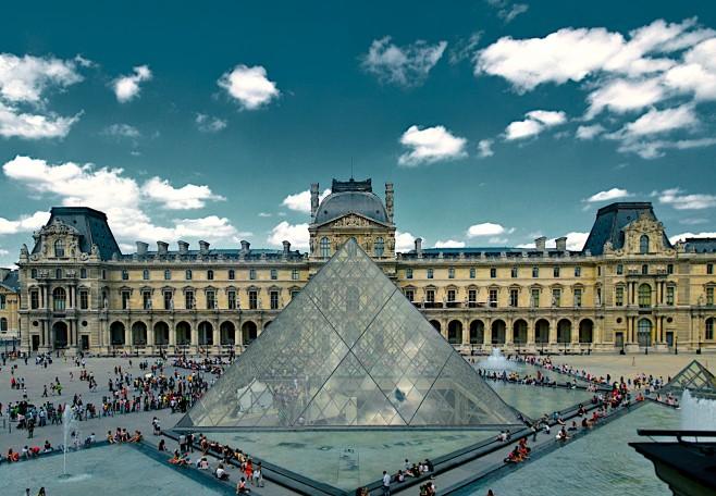 Piramida kaca Louvre, karya Ieoh Ming Pei.