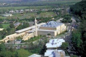 Kompleks Masjid Roma dilingkupi kehijauan taman