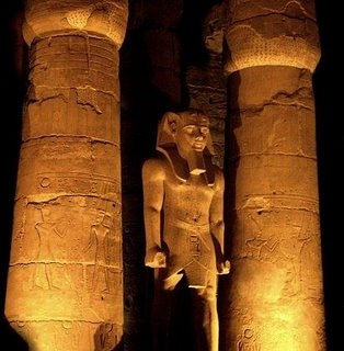Patung fir'aun di kuil Karnak