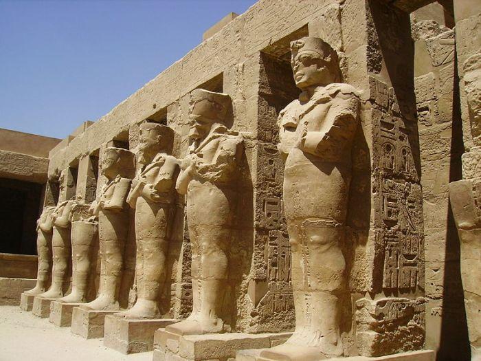 Deretan patung fir'aun yang membangun kuil Karnak.