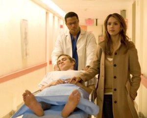 Hayden dibawa ke ruang bedah, dikawal dokter dan istrinya.