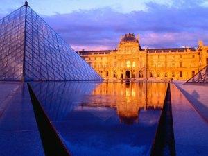 Piramid dan Museum Louvre
