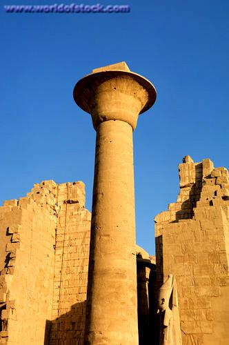 Salah kolom raksasa penyangga kuil.