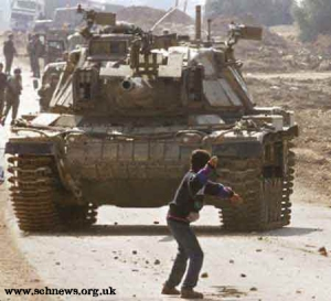 Intifadah. Anak melempar batu untuk mengusir tentara pendudukan Israel.