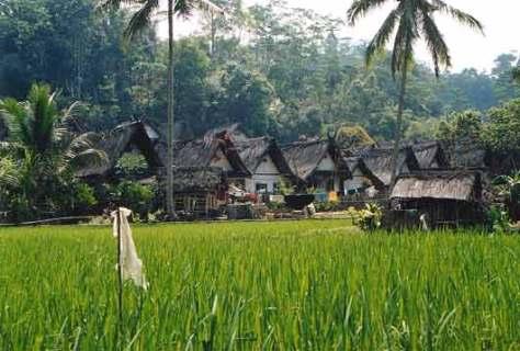 http://anisavitri.files.wordpress.com/2009/05/kampungnaga.jpg