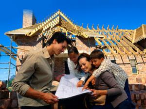 Membangun rumah bersama keluarga.