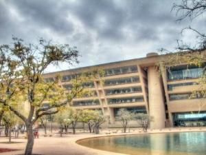 Dallas Municipal Center, berbentuk segitiga ( membesar ke atas ).
