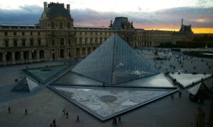 Piramida kaca Louvre saat senja