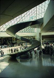 Tangga masuk dari entrance Piramida menuju Museum Louvre