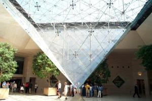 """Interior Piramid Louvre, jadi latar akhir film """"The Da Vinci Code"""" yang dibintangi Tom Hanks"""