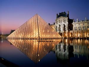 Piramid Louvre, terlihat romantis di malam hari.