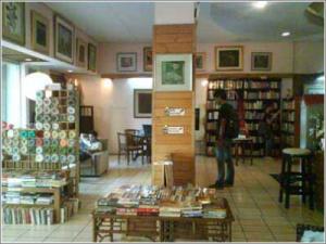 Interior toko buku Reading Lights yang homy