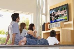 Nonton televisi bersama keluarga.
