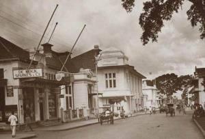 Jalan Raya Pos ( De Groote Postweg ) ke arah timur ( Cicaheum ) tahun 1933-1937. Kini Jalan Asia Afrika. Terlihat di kejauhan Gedung PLN dan Gedung Merdeka.