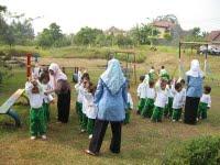 Anak asyik bermain dibimbing guru. Selain pendidikan terjangkau, sediakan ruang terbuka yang aman dan nyaman untuk bermain.