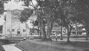 Taman Balai Kota Bandung, dahulu. Terlihat gereja Bethel di seberang.