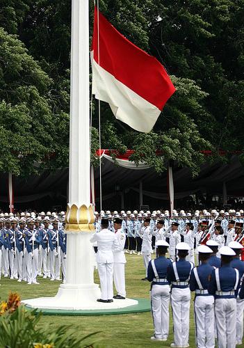 Upacara pengibaran bendera merah putih di halaman Istana Negara. Dikibarkan pula saat atlet kita berjaya di pentas dunia. Bendera yang bisa menyelamatkan kita ketika kesasar di wilayah konflik di Afganistan dan negeri2  muslim lainnya.