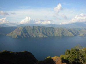 Danau Toba, danau terluas yg adalah kawah gunung Toba yg meletus ribu tahun lalu, menyebabkan jaman es & menenggelamkan benua Atlantis.
