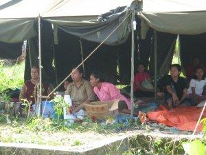 Pengungsi gempa, bertahan hidup dengan nasi plus mi instan. Menghalau panas siang hari, menggigil dingin  malam hari.