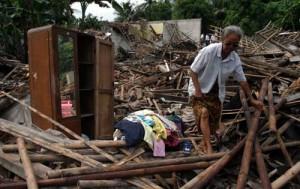 Seorang nenek mencoba menyelamatkan barang2 yang tersisa. Gempa Jawa ( Tasikmalaya ) Rabu, 2/9/2009 memaksanya untuk survive di tenda2 pengungsian.
