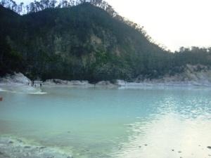 Obyek wisata Kawah Putih di Ciwidey, yang diserbu pengunjung lebaran. Sering menjadi latar foto, sinetron dan film. Anda harus mendaki dulu sebelum disuguhi pemandangan menakjubkan di puncaknya.