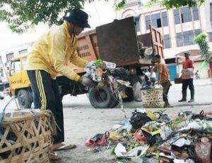 Kita sering tak sadar peran petugas kebersihan, sampai suatu hari lautan sampah membenamkan kota seperti terjadi di Bandung beberapa waktu lalu. Bak sampah dipenuhi kotoran dan tikus gemuk yang siap menebar penyakit. Bau busuk di mana2. Paket sembako salah satu bentuk apresiasi kita pada pengabdian mereka.