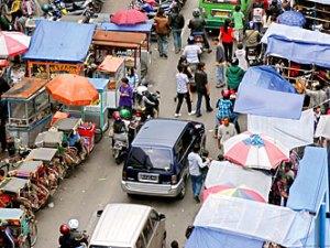 Pemandangan tenda biru dari atas. PKL adalah katup pengaman krisis bagi sebagian besar masyarakat kita. Namun, jika tidak ditata menyumbang kemacetan dan kerugian bagi penghuni kota lainnya.