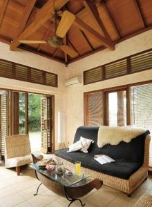 Rangka atap dari kayu, terlihat menawan jika diekspos. Pengeringan ( oven ) dan coating kayu akan memperpanjang usia pemakaiannya.