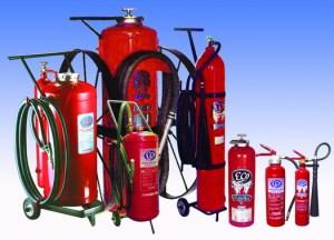 Beragam alat pemadam kebakaran dalam gedung. Fire hose tiap jarak 30 meter. Fire estiguisher, alat pemadam ringan mesti ada di tiap ruangan terlebih yang mudah terbakar, seperti dapur dan gudang. Sprinkler mesti ada di tiap lantai sejak lantai 4 ke atas. Detektor asap/ api mesti ada di setiap bangunan publik.