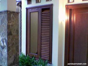 Kusen jendela dari kayu dan pintu standar di kebanyakan rumah2 Indonesia.