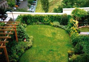 Taman di atap, terlihat seperti di pekarangan rumah saja.