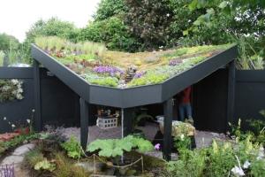 Roof garden, bisa menjadi alternatif tempat berkumpul anggota keluarga, sekalian menurunkan suhu kota.
