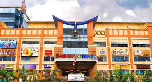 Bandung Trade Centre ( BTC ) Fashion Mall di Jalan Pasteur  Djunjunan  143-149 yang dilalui bis Trans Metro Bandung ( TMB ) yang bergambar bunga  matahari ... 7412a7946c