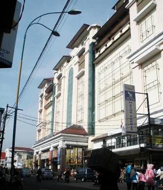 Trade Centre yang digandrungi turis Malaysia dan wisatawan domestik untuk  borong fashion dan kuliner sedap. Kripik tempe seharga Rp 12 ribu per  bungkus a8b340be36